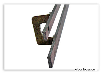 Верхняя пластина, фиксирующая клиновидный механизм. Вид снизу.
