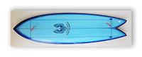 Доска для сёрфинга, закреплённая на стене.
