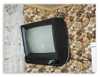 Телевизор, висящий на стене.