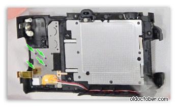 Развальцованные пластиковые штырьки крепления джойстика к панели камеры Nikon P7700.