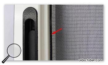 Крепление противомоскитной сетки к раме с помощью пластикового клина.