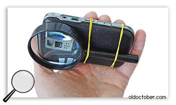 Крепление лупы к корпусу мобильного телефона с помощью канцелярских резинок.