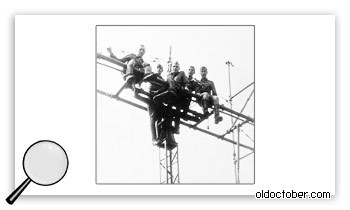 Солдаты, взобравшиеся на тропосферную антенну.