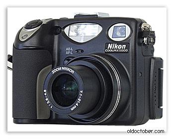 Цифровая фотокамера Nikon CoolPix 5000 вид спереди.