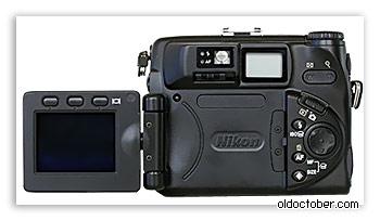 Цифровая фотокамера Nikon CoolPix 5000 вид сзади.
