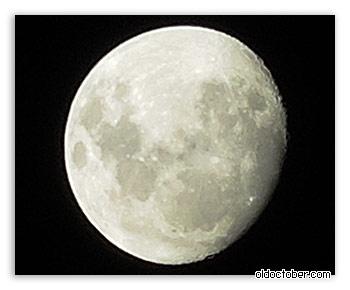 Луна в ночном небе.