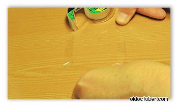 Отрезки скотча на поверхности стола.
