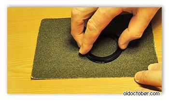 Понижающее кольцо на поверхности наждачной бумаги.