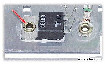 Симистор закреплён на радиаторе с помощью пустотелой заклёпки.