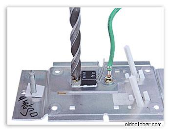 Удаление пустотелой заклёпки, крепящей триак к радиатору.