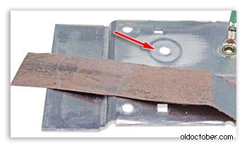 Шлифовка контактной площадки радиатора с помощью наждачной бумаги.