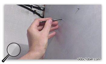 Отверстие для датчика движения, просверленное под углом.
