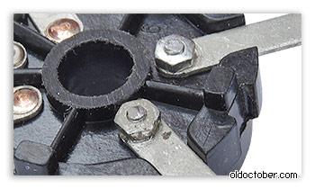 Крепление контактов тонкомпенсации к корпусу потенциометра. Вид со стороны контактов.