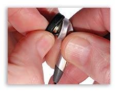 Обрезаем кабель возле наушников.