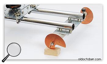 Регулировка положения слайдера с помощью ножек-эксцентриков.