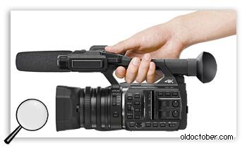 Профессиональная видеокамера с ручкой для переноски.
